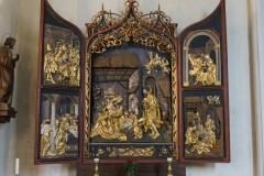 Flügelaltar im Presbyterium links mit der Geburtsszene Jesu als dominantes Motiv.